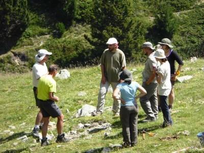 L'equip discutint l'estratègia a Fontalba.