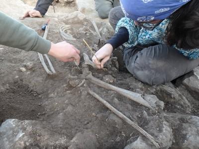 Esquelet d'un home del segle III aC trobat entremig de runa.