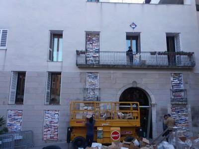 Escultura amb llibres a la façada de l'Ajuntament de Vila-seca.