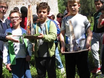 Alumnes amb la maqueta de l'agulla del Mèdol.
