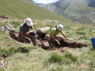 Fent treballs per extreure sediments i fer-ne l'estudi geoarqueològic a Coma de Vaca.