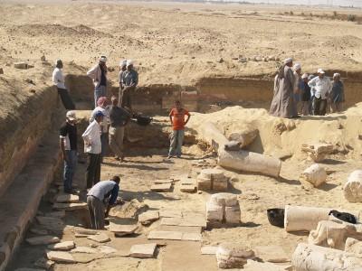 Excavació de la fossa d'enterrament del prior del monestir.