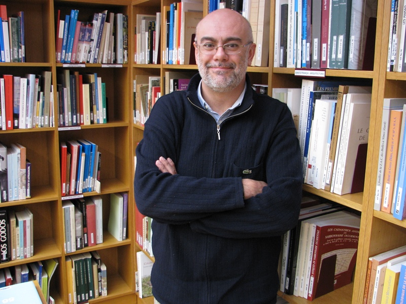 El professor Ruiz Souza a la biblioteca de l'ICAC.