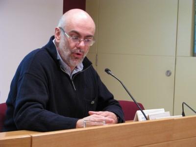 El professor durant la seva conferència a la Sala d'actes de l'Institut.