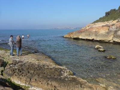 Treballs de topografia del moll. Al fons, la ciutat de Tarragona.