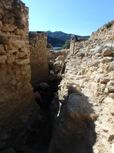 El carrer 101 en procés d'excavació. S'observa la potència de conservació de sediment i l'excel·lent estat de conservació dels murs del poblat.