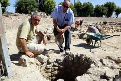 Els directors del jaciment de Iesso, Joaquim Pera i Josep Guitart, davant el pou fora muralla on s'han trobat restes orgàniques.