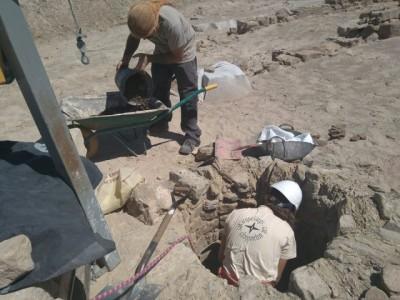 Treballs d'excavació en el pou.