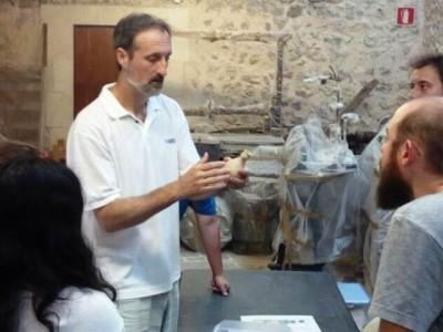 Mateu Riera en una classe de ceràmica d'època bizantina al Museu d'Història de Manacor.
