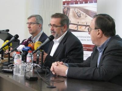 Roda de premsa del 27 de novembre al matí, amb Joaquín Ruiz de Arbulo (URV-ICAC), Andreu Muñoz (Museu Bíblic) i Joan Josep Marca (Fundació Privada Mútua Catalana).