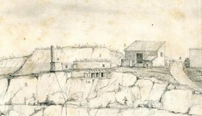 Detall d'una vista de la pedrera amb els penats treballant en l'extracció de blocs. D'esquerra a dreta: un pou amb una columna romana reaprofitada (n. 4), restes d'una cisterna i construccions romanes (n. 10), la caseta del guarda (n. 2) i l'antic camí de Caputxins (n. 8).