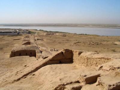 Vista de la fortalesa del Tchigiz Tepe en època Kushan que va allotjar un monestir budista. Al fons, el riu AMu Darya (antic riu Oxus) i el paisatge darrere el riu és l'Afganistan.