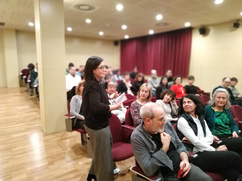 La investigadora Anna Gutiérrez, en un moment de la seva intervenció