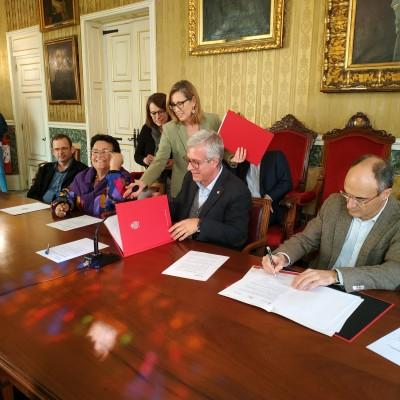 La rectora de la URV, l'alcalde de Tarragona i el director e. f. de l'ICAC, en un moment de la signatura del conveni