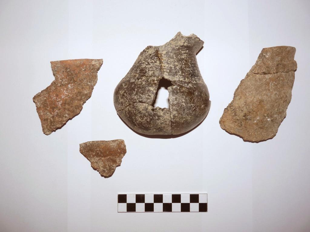 Mostra de peces de ceràmica a mà trobades al jaciment. Foto: ICAC