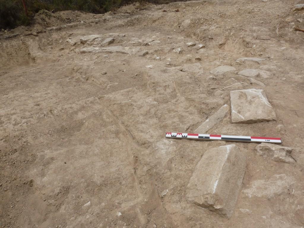 Detall de l'extrem est i enderroc de carreus de la muralla (foto: Joan Canela)