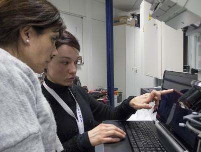 La investigadora Roberta Di Febo (dreta) al Sincrotó ALBA. (Foto: Roberta Di Febo)