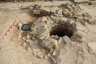 Detall de la corona del pou excavat (@ Equip Iesso)