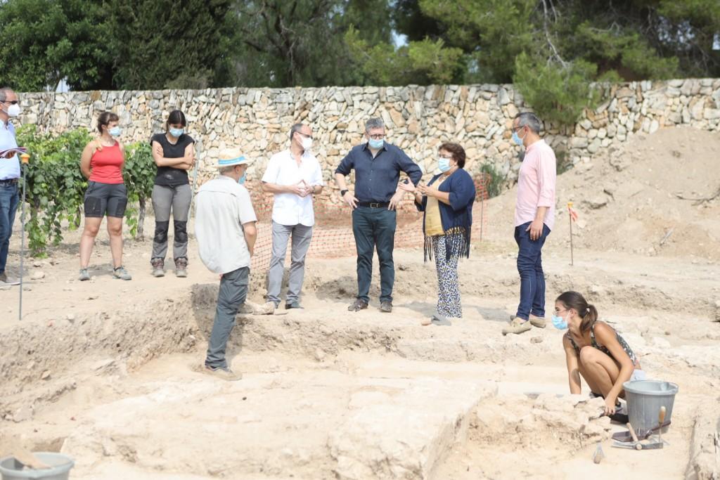 Visita al jaciment de Mas dels Frares, juliol de 2020. D'esquerra a dreta: Ada Lasheras, Karen Fortuny, Josep M. Macias, Josep M. Palet, Oscar Sánchez, Maria José Figueras, Joan Miquel Canals.