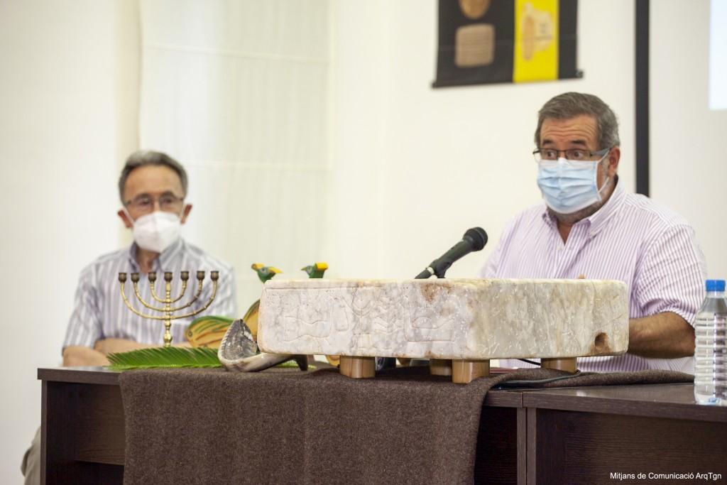 Josep Maria Brull (esq.) i Andreu Muñoz en un moment de la presentació de la peça al MBT. Foto: Mitjans de Comunicació de l'Arquebisbat de Tarragona.