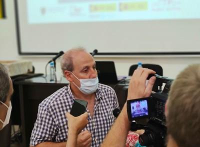 L'investigador de l'ICAC Josep Maria Macias, en un moment de la presentació de la reproducció de la pileta trilingüe. Foto: ICAC.