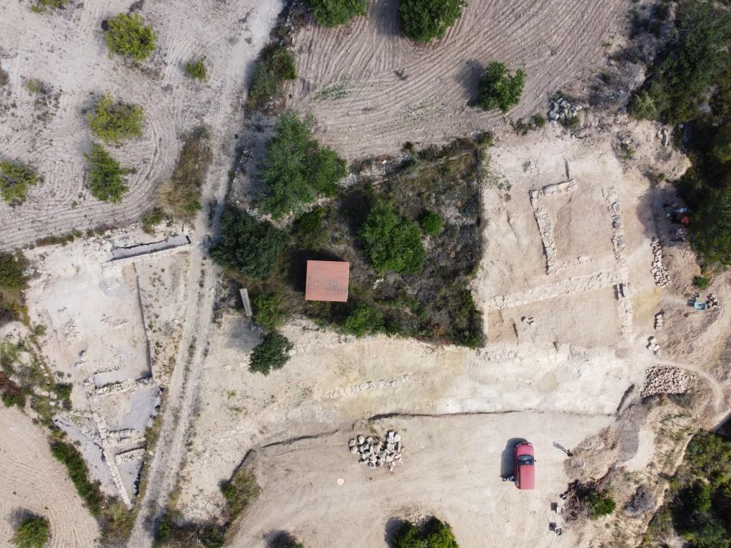 Fotografia general de la façana sud de la fortificació, on es pot observar el traçat de la doble muralla que discorre paral·lela en direcció sud-oest/nord-est. Els treballs de la campanya 2020 s'han centrat en l'extrem est (dreta).
