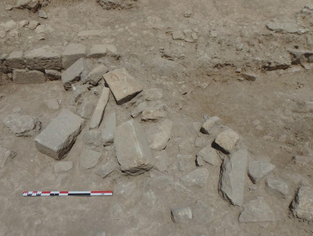 Detall del gran enderroc de carreus i pedra localitzat en el nivell d'abandonament de l'assentament. Foto: ICAC.