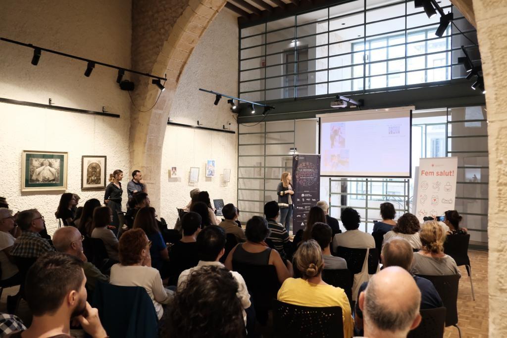 La Cambra de Comerç de Reus acollirà, amb inscripció prèvia, les micro xerrades científiques. Imatge de la sessió del 2019, al Castell del Cambrer (Reus). Foto: URV