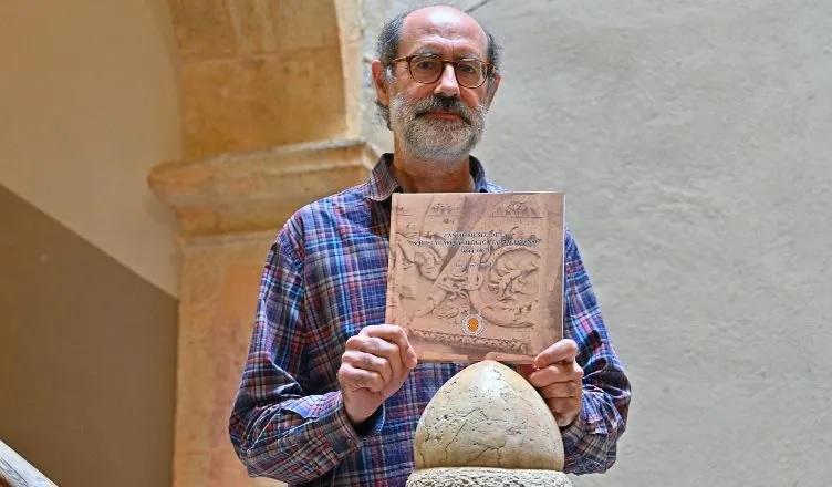 L'investigadorde l'ICAC  Jordi López, amb la publicació, a la seu de la Reial Societat Arqueològica Tarraconense. Foto: Alfredo González.