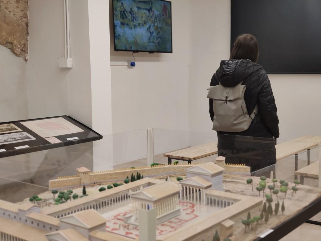 Imatge de la sala Tarracròpolis, amb una de les maquetes i l'audiovisual, de fons. Foto: ICAC