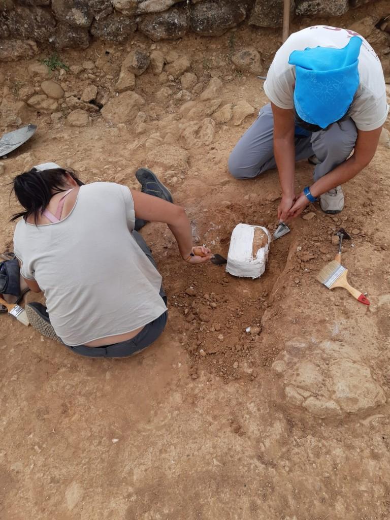 Preparació d'una mostra per a l'anàlisi de micromorfologia a Mas Castellar (Pontós, Alt Empordà). Foto: ICAC
