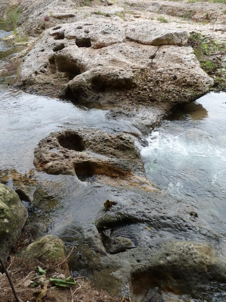 Resclosa de fusta (d'època moderna) on es creu hi podria haver hagut la resclosa romana. A la imatge es poden veure els forats de forma quadrada on anaven encaixades les barres de fusta. Foto © ICAC