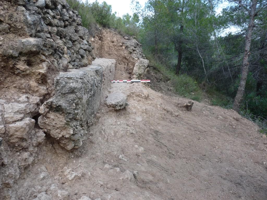 Excavació al primer tram de l'aqüeducte, al terme d'Aiguamúrcia. És un dels pocs llocs on encara s'aguanta la paret lateral. Foto © ICAC