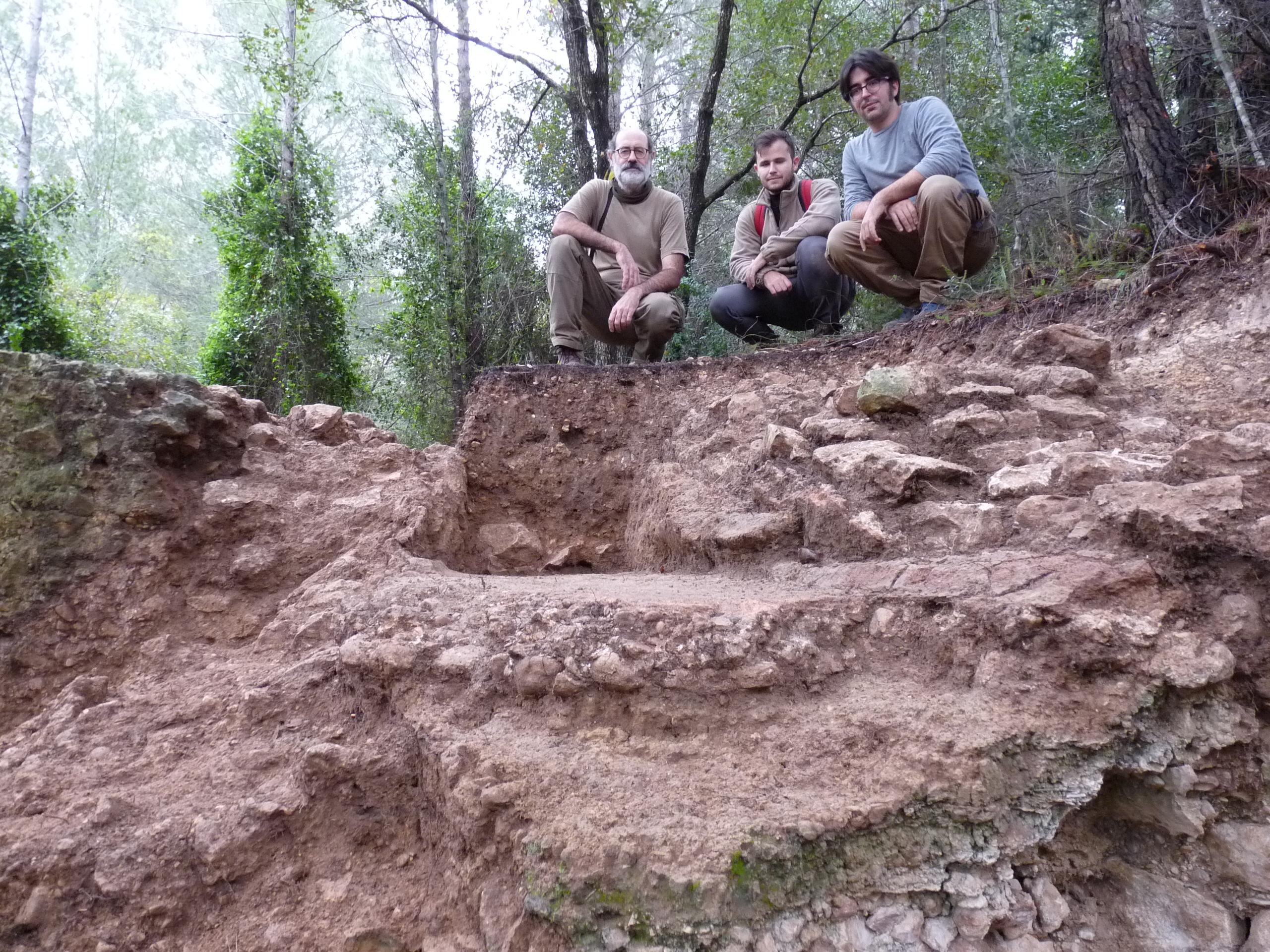 Jordi López Vilar, Antoni Corrales i Joan Canela. Treballs d'excavació a Vallmoll (Alt Camp). A la imatge es pot veure una part del contrafort i dos paviments sobreposats, amb una capa de travertí. Foto © ICAC