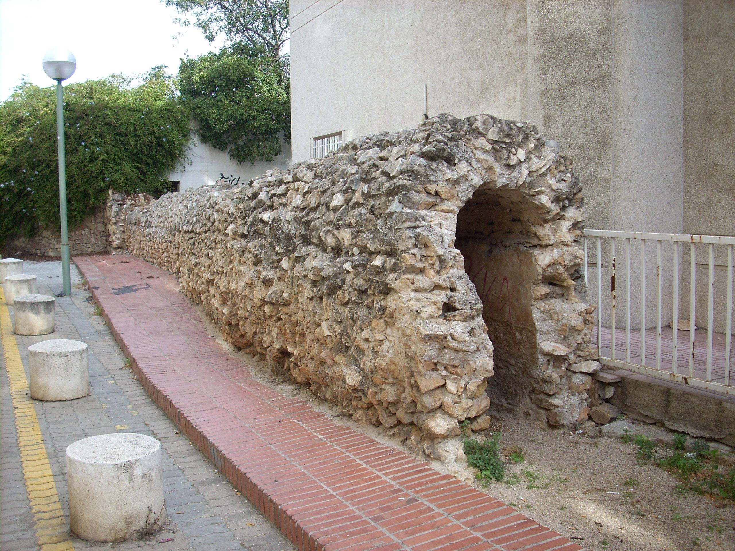 Restes de l'aqüeducte romà del Francolí que es poden observar a l'Avinguda Catalunya de Tarragona. És l'únic lloc on es pot apreciar la secció sencera de l'antic aqüeducte. Foto: ICAC.