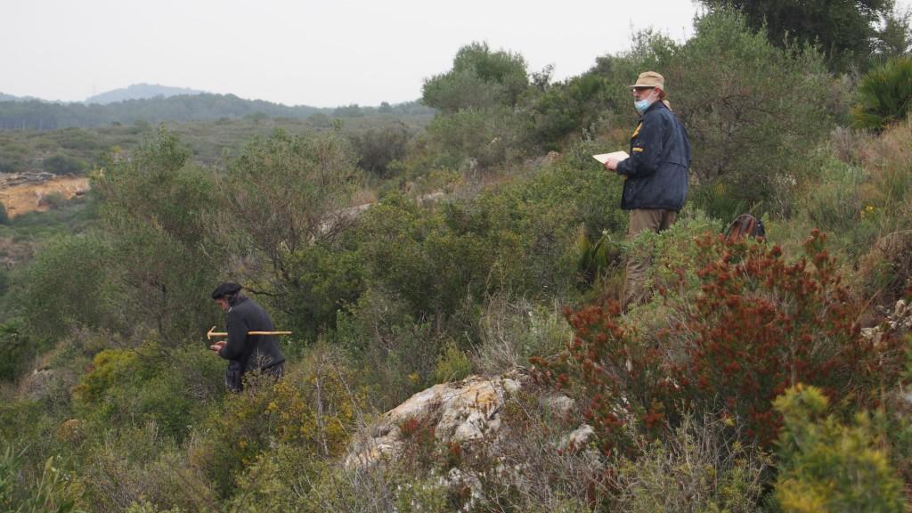 Prospecció a l'àrea de les Coves de la Pedrera. A la dreta, l'investigador de l'ICAC Jordi López. A l'esquerra, Josep Zaragoza, col·laborador del projecte. Foto: ICAC.