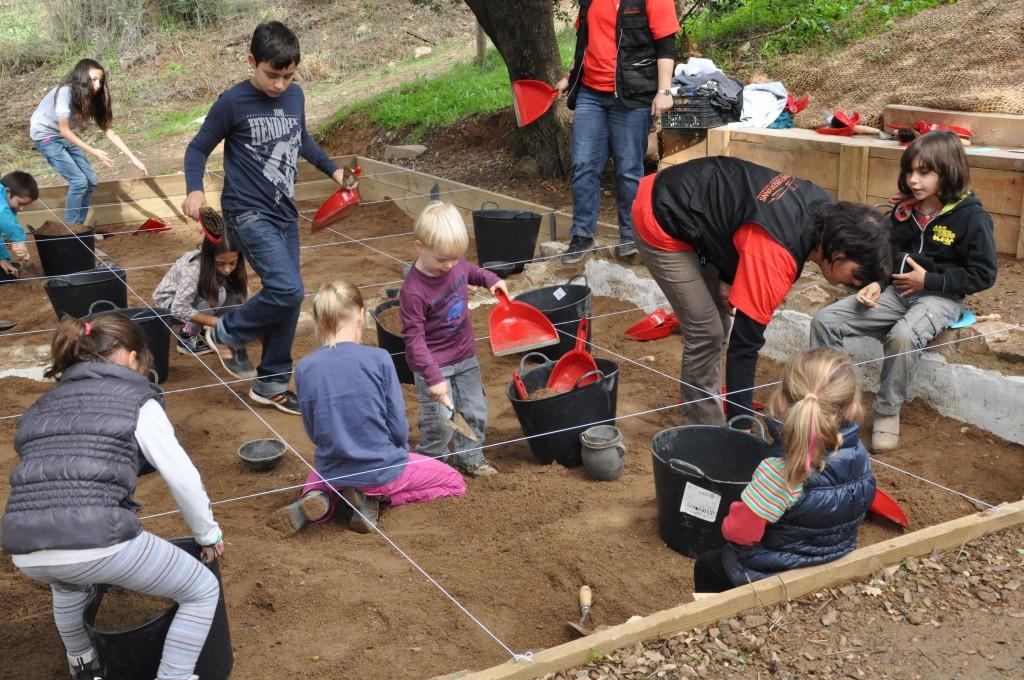 Imatge d'un taller educatiu arqueològic al Parc Arqueològic. Foto: Mons Observans