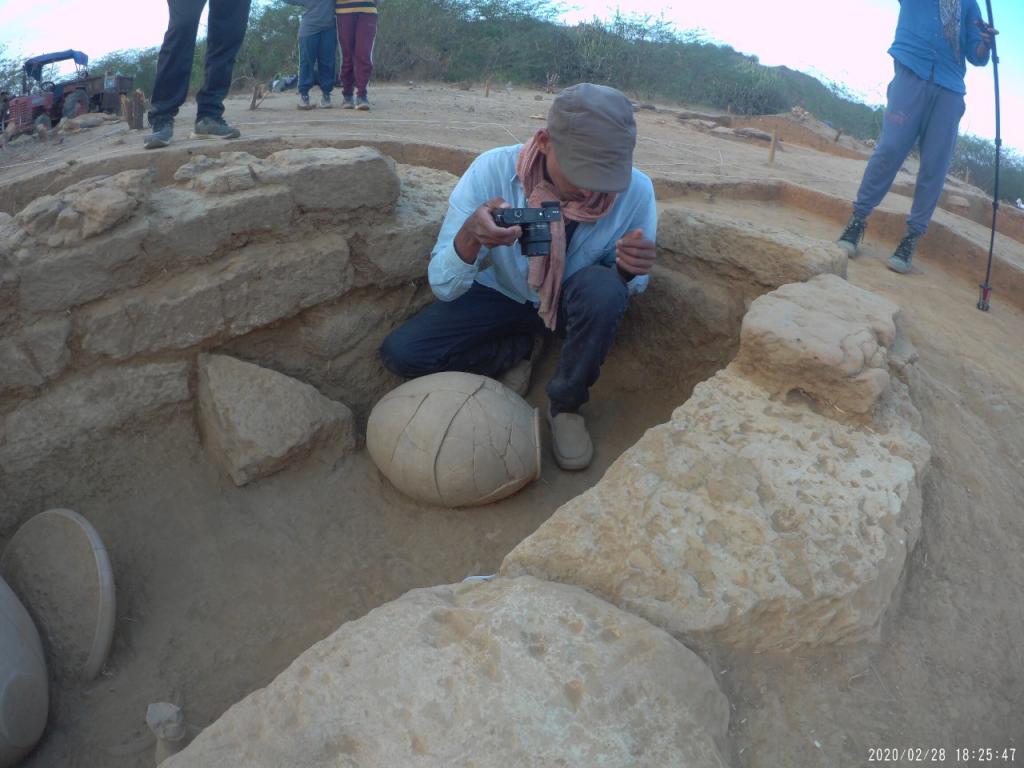 El Dr. Ahayan G.S. documenta la ceràmica dels primeres Harappan amb un possible origen a la veïna regió de Sindh a la Vall de l'Indus. Foto: Projecte Kachchh.
