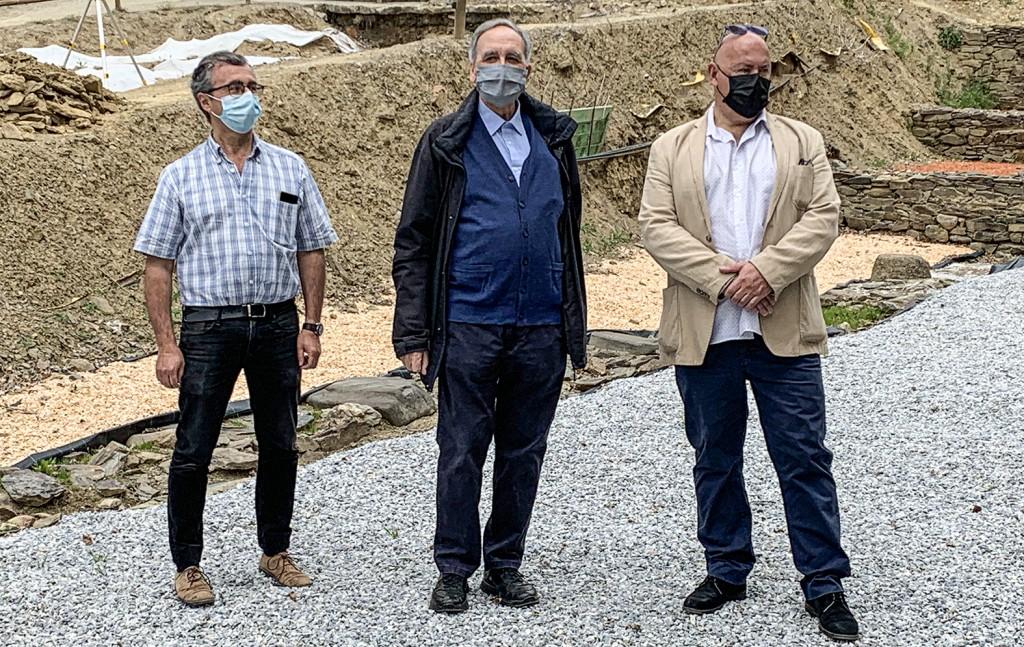 Cèsar Carreras (UAB), Josep Guitart (UAB-ICAC) i l'alcalde de Llívia, Elies Nova, en la roda de premsa el 21 de maig, a Llívia.