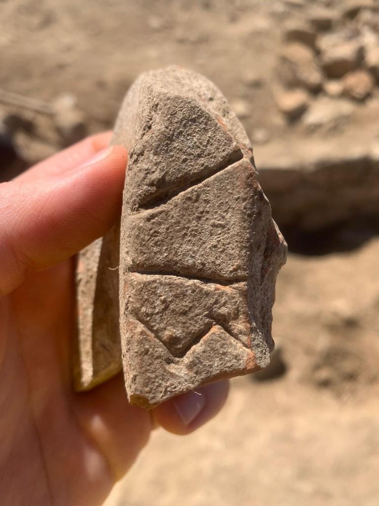 Entre les troballes més destacades figura una inscripció ibèrica sobre una tenalla de ceràmica, a la zona de l'entrada, i que correspondria a un antropònim. Foto: UB-ICAC.