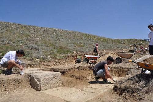 Excavació dels carreus del mur de tancament de la plaça pública