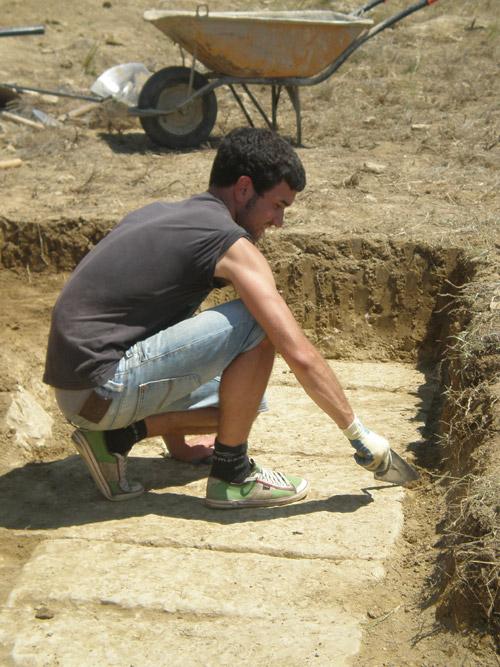 2-Alessio Sergio treballant sobre el muro de terrassament de l'àrea sud del suposat fòrum