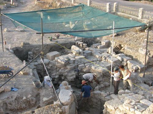 Excavació i planimetria en un dels sondejos de l'àrea del capitoli sota direcció de M. C. Belarte