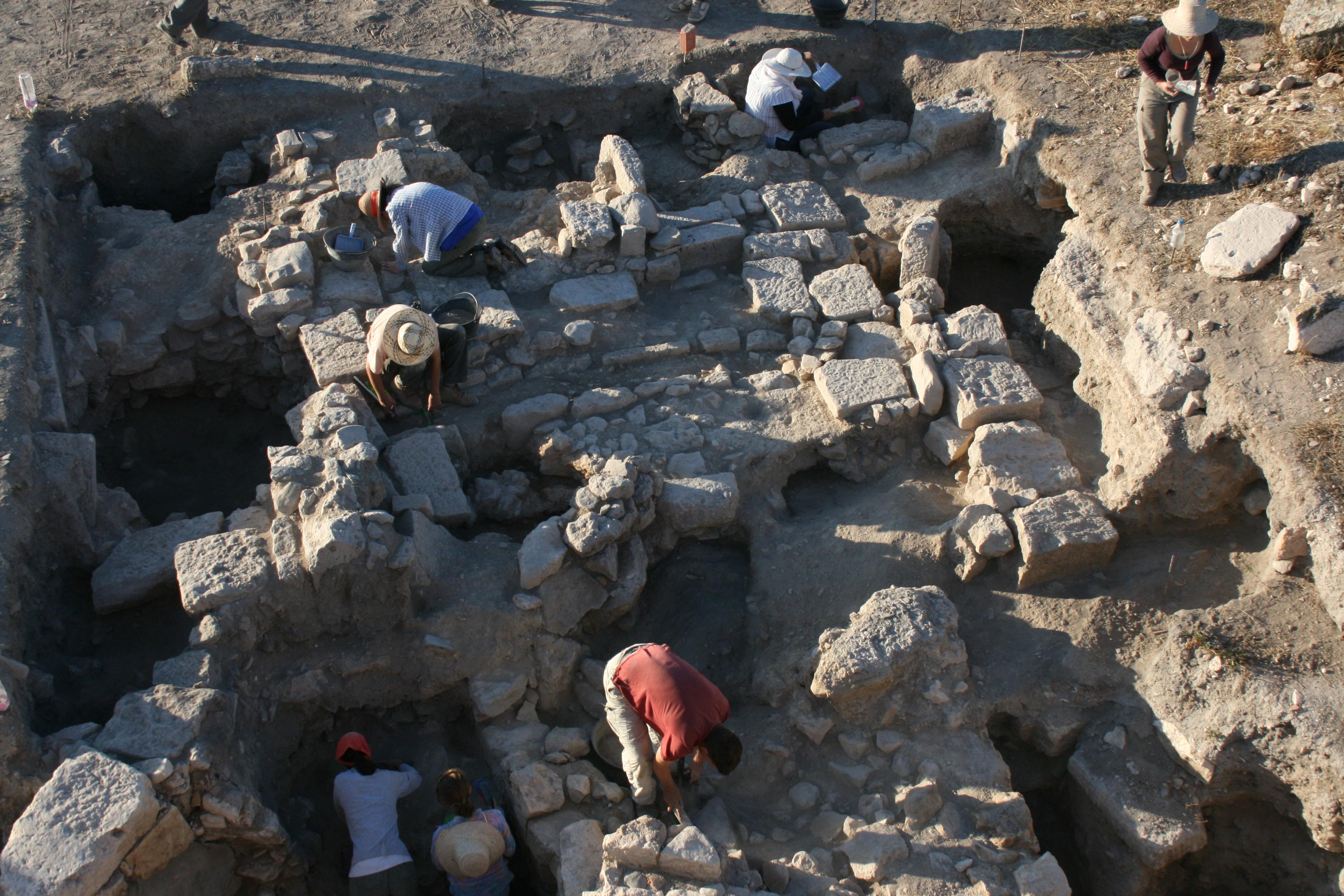 Treballs d'excavació en un dels sondejos de l'àrea del capitoli d'Althiburos (zona 1), capitoli sota direcció de M. C. Belarte.