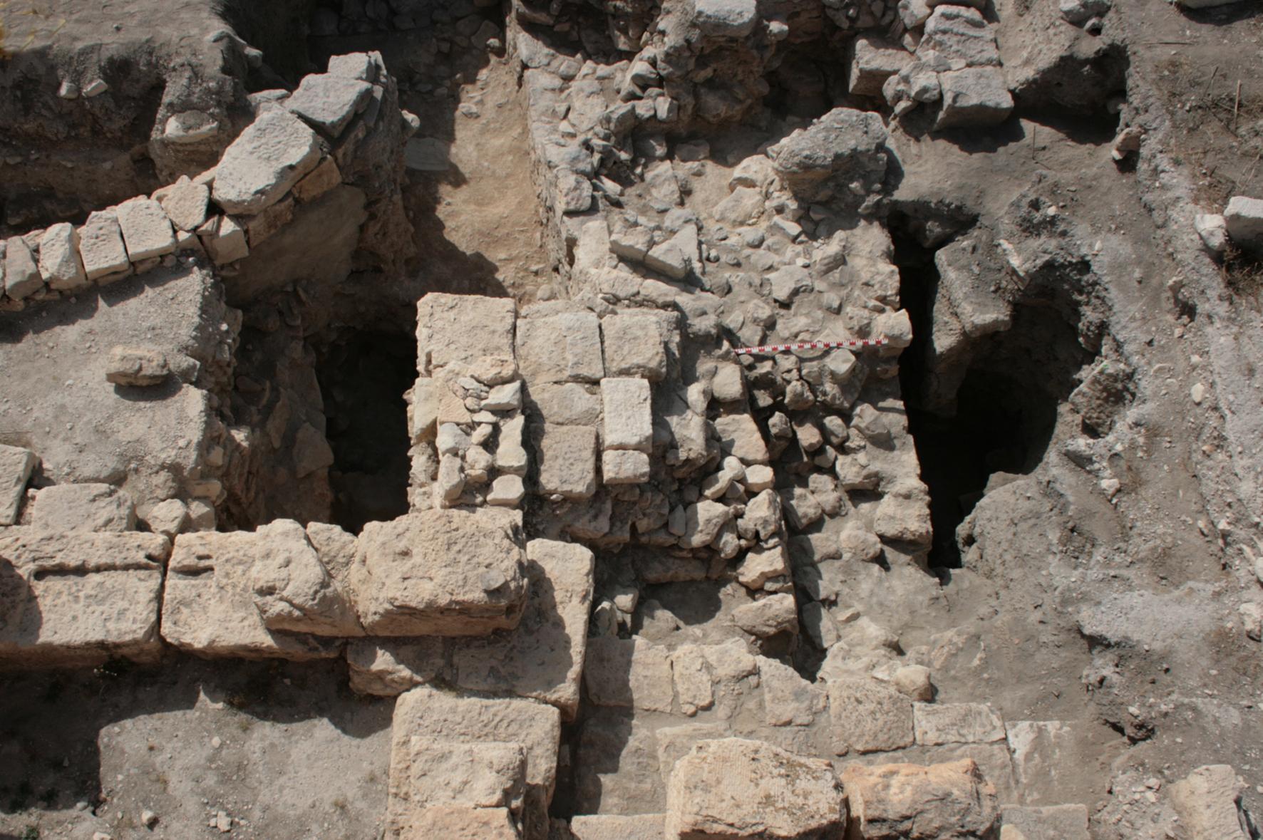 Vista zenital de la muralla preromana d'Althiburos, parcialment oculta per estructures d'època vàndala i afectada per fosses medievals
