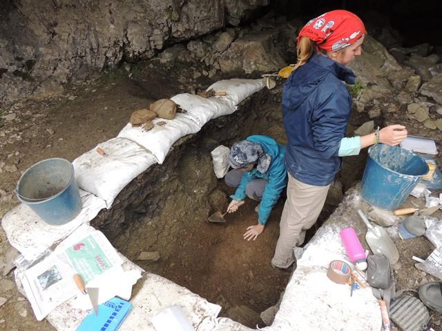 Treballs geoarqueològics a la cova prehistòrica del Catau de l'Os al Forat de l'Embut  (Vall de Núria).