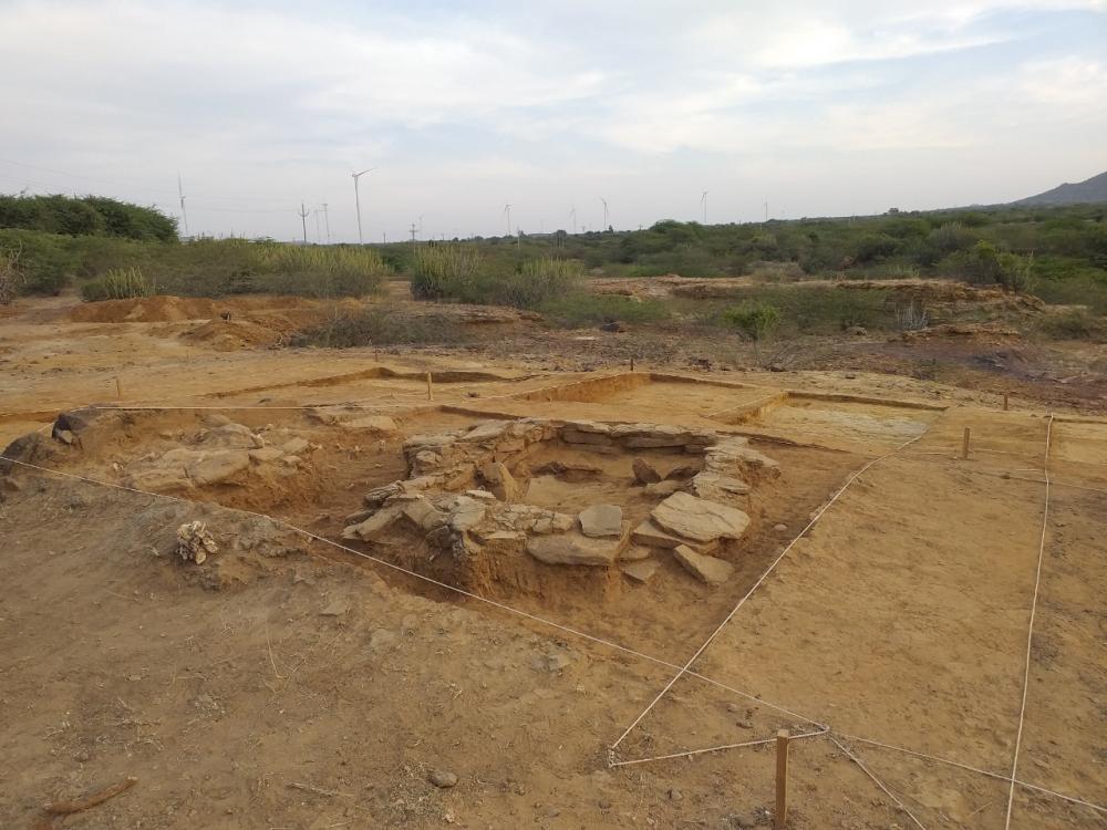 Una de les 50 càmeres funeràries excavades fins ara a Juna Khatiya. S'hi pot observar l'estructura muntada, que estava coberta amb un bloc de gres. Foto: Projecte Kachchh.